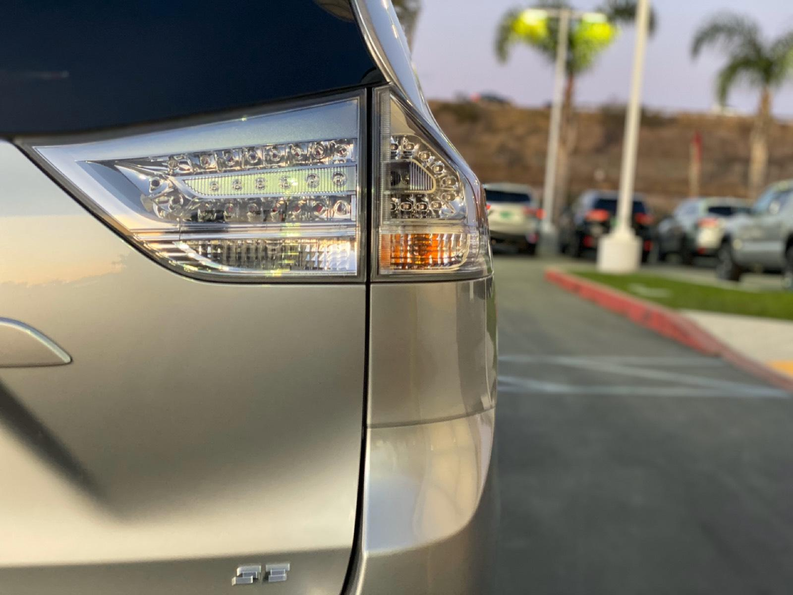 Certified Pre-Owned 2018 Toyota Sienna SE Premium FWD 8-Passenger